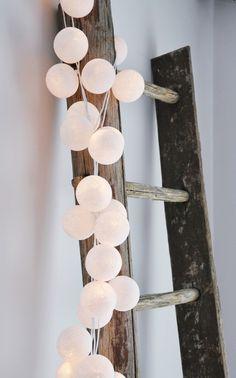white Happy Lights ! cotton balls light #kidsroom #happy lights http://www.grasonderjevoeten.nl/c-1991386/happy-lights/