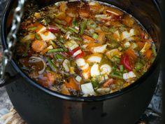 Gemüsesuppe aus dem Kessel ist ein Rezept mit frischen Zutaten aus der Kategorie Gemüsesuppe. Probieren Sie dieses und weitere Rezepte von EAT SMARTER!