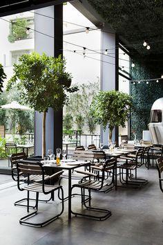 자연을 담다. 그리스 아테네, 아트센터 1층에 위치한 48어반 가든은 도심 속, 자연을 경험하는 레스토랑으로 제공된다. 다양한 외부공간을 삽입 이 기발한 레스토랑은 넓은 오픈 스페이스에 펼쳐진다. 데크 위에 자리한 아웃도어 다이닝, 다양한 레벨공간 위 좌석들, 그리고 플라워 베드와 허브, 과일이 함께하는 바 테이블이 배치된다. 자연 속에 둘러 쌓인 내부공간, 즐거운 저녁식사가 당신을 기다린다. reviewed by SJ,오사..