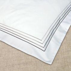 Weiße Bettwäsche aus Baumwollsatin und farblich abgesetzter Stickerei von Evelyn Kahle. Elegant, Damask, Embroidery, Classy, Chic
