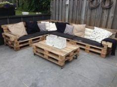 Lounge set with pallets... Would be cool for outdoor seating