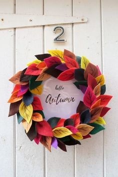 Felt Leaves Autumn Wreath + Free Printable - 16 Essential Free Thanksgiving Printables for a Perfectly Organized Family Dinner Autumn Wreaths, Christmas Wreaths, Christmas Crafts, Autumn Wreath Diy, Rustic Wreaths, Advent Wreaths, Burlap Wreaths, Spring Wreaths, Mesh Wreaths