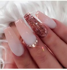 False nails have the advantage of offering a manicure worthy of the most advanced backstage and to hold longer than a simple nail polish. The problem is how to remove them without damaging your nails. Gorgeous Nails, Love Nails, Pretty Nails, My Nails, Soft Pink Nails, Style Nails, Pink Clear Nails, Rose Gold Glitter Nails, Glitter Uggs