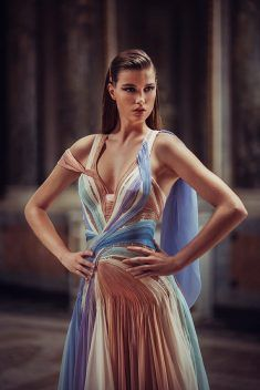 Atelier Versace Dazzles with Spring 2019 Designs. And the hair with the clip on … Atelier Versace Dazzles Atelier Versace, Look Fashion, Runway Fashion, High Fashion, Net Fashion, Couture Dresses, Fashion Dresses, Style Haute Couture, Naeem Khan
