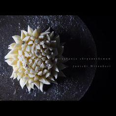 """#一日一菓 「 #乱菊 」 #煉切 製 皿 : #平岡仁  #wagashi of the day """"Disturbance chrysanthemum""""  本日は「乱菊」です。  Today is """"Rangiku"""". Aujourd'hui est """"Rangiku"""". Oggi è il """"Rangiku"""". 今天是""""乱菊""""。 #和菓子 #菓道 #一菓流 #菊 #針切り #sweets #art #nerikiri"""