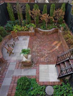 aménager-petit-jardin-terrasse-carrelage-terre-cuite-arbres-arbustes