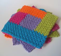 Crochet Squares Patterns Simply Square Log Cabin Dishcloth: free crochet pattern - Perfect for using up odd scraps of yarn. Also perfect for washing dishes. Gilet Crochet, Crochet Amigurumi, Crochet Dishcloths, Knit Or Crochet, Crochet Motif, Crochet Crafts, Easy Crochet, Free Crochet, Crochet Patterns
