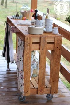 Pallet wood mobile side table with storage space. Super simple & really easy to duplicate. A great idea for a Bar-B-Q area, deck or even the front hall ;):