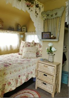 charming cottage decor in this vintage trailer.Sisters on the Fly in Kennewick, WA More gypsy style shabby chic. Country Look, Country Chic, Country Living, Cocina Shabby Chic, Chair Planter, Vintage Caravans, Vintage Campers, Vintage Trailers, Vintage Rv