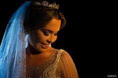 Make up suave, coque baixo e cabelo ao meio para a noiva Litiane