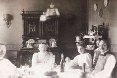 Fotografia retirada na área interna da residência de Théodore Lévy. Entre amigos, na sala de jantar, degustam uma mesa farta de comidas e bebidas. Acervo: B. Meyer (Paris).