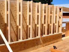 Роберт ЛаПорте из EcoNest предлагает семинары по строительным стенам с использованием смеси глины и волокна.  Стены включают обрамление, вдохновленное фермами Ларсена.
