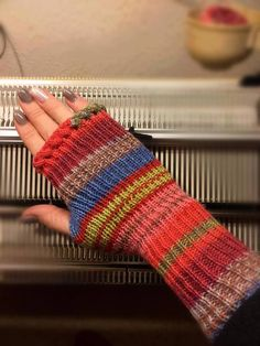fingerlose Handstulpen mit Daumenzwickel *Anleitung für Strickmaschine / Pfaff Duomatic* Best Picture For knitting techniques tips For Your Taste You are looking for something, and it is going to tell How To Start Knitting, Knitting For Beginners, Knitting Machine Patterns, Knitting Socks, Free Knitting, Fingerless Mitts, Knitting Magazine, Wrist Warmers