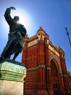 El Arco de Triunfo se levantó en 1888 como puerta de entrada al recinto del Parc de la Ciutadella. #Barcelona http://www.viajarabarcelona.org/lugares-para-visitar-en-barcelona/parc-de-la-ciutadella/