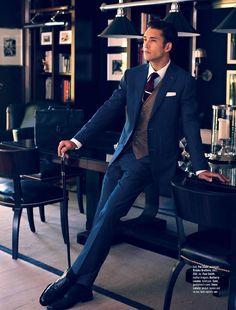 色で遊べるネイビースーツとブラウンベスト。かっこいいスーツベストのコーデ。メンズスタイル・ファッションの参考に。
