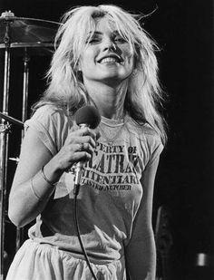 Debbie Harry, is a punk rock / new wave singer and songwriter from the United States. Blondie Debbie Harry, Debbie Harry Hair, Debbie Harry Style, Patti Smith, Filles Punk Rock, Women Of Rock, Estilo Rock, Courtney Love, Joan Jett