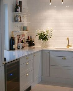 It is easier than you think to take your kitchen from builder grade to gorgeous on a budget! These kitchen makeover secrets will save you money and give you great ideas! Kitchen Interior, Kitchen Inspirations, Kitchen Cabinets, Kitchen Remodel, Kitchen Decor, New Kitchen, Home Kitchens, Kitchen Renovation, Kitchen Cabinets Makeover