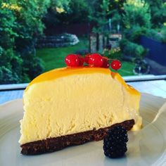 Mirror Glaze der Trend in diesem Sommer. Frozen Joghurt Mango Törtchen auf Schokoladenknusperboden einfach erfrischend und lecker ...