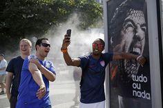 Yanquis se toman foto con la foto de Suarez.- Mundial 2014 FIFA CLARIN DEPORTES