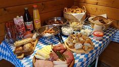 Oktoberfest Party, German Kitchen, Party Buffet, Dessert Buffet, Bon Appetit, Crafts For Kids, Food And Drink, Chips, Dinner