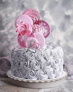 Повторился мой тортик с сердечками и листьями😍 мне однажды сказала одна заказчица - он очень грациозный😄 пускай так) Спасибо Вам за лестные… Frosting, Icing, Cake Decorating Techniques, Decorating Ideas, Drip Cakes, Bread Crumbs, Beautiful Cakes, Yummy Cakes, Pink Roses