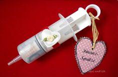 """Nun kann ich euch das Hochzeitsgeschenk zeigen.   Aus dem unscheinbaren Pappkoffer, ist ein super hübscher """" Ehe Notfall Koffer"""" geworden...."""