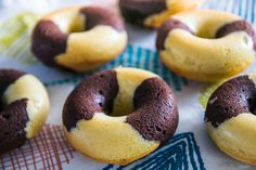 Discover recipes, home ideas, style inspiration and other ideas to try. Mini Desserts, Easy Desserts, Mini Mousse, Cake Factory, Mini Donuts, Beignets, Tupperware, Bagel, Blond Amsterdam