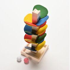 Árvore de madeira bola de mármore são executados jogo do bebê crianças crianças…