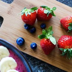 Who is also addicted to fruits? Holiday Mood, Smoothie Bowl, Blueberries, Blogging, Strawberry, Banana, Healthy Recipes, Fruit, Summer
