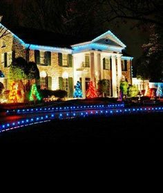 ☜(◕¨◕)☞ The Buckingham Palace of The South, Elvis Presley's Graceland with every hall decked in Christmas lights! Elvis Presley Graceland, Graceland Mansion, Elvis Presley House, Elvis Presley Family, Elvis Presley Photos, Elvis And Priscilla, Lisa Marie Presley, Are You Lonesome Tonight, Southern Christmas