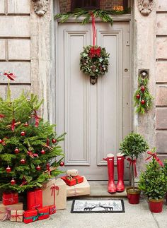 Christmas Door Decoration. Christmas Door Decor. Decorate the front door with green and red for Christmas.   Via The Relaxed Home.