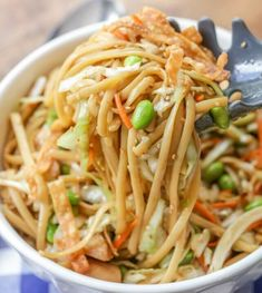 Asian Noodle Salad Asian Noodle Salad – coleslaw, linguine, chicken, and fried wonton strips covered in a delicious homemade Asian dressing! It's great for BBQs and any Asian meal Salad Recipes Video, Pasta Salad Recipes, Healthy Salad Recipes, Healthy Food, Penne, Linguine, Crunch, Asian Recipes, Asian Food Recipes