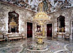 """en época de Carlos III tuvo la utilidad de ser el vestidor del Rey. Junto con la Saleta de Gasparini (para comer), la Antecámara de Gasparini (para cenar y conversar), los despachos de """"maderas de indias"""", el oratorio y el dormitorio, constituían la parte privada o cuarto del Rey."""