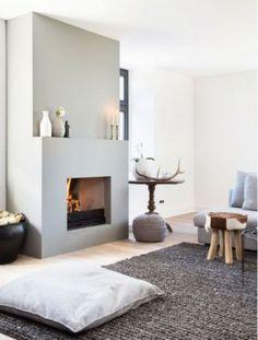 Traumhaftes Wohnzimmer mit Kamin und großen Teppich. Sehr gemütliche Einrichtung