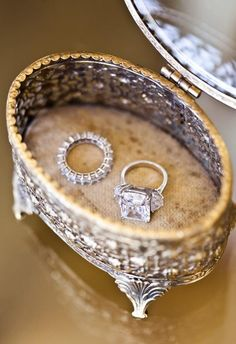 I love the vintage box! Vintage box for the wedding rings, so luxurious. Wedding Engagement, Wedding Bands, Engagement Rings, Engagement Photos, Wedding Rings Vintage, Vintage Rings, Dream Wedding, Wedding Day, Wedding Tips