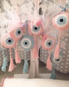 Knitted lace bunnies for a peep boy – Baby Shower Party Crochet Eyes, Crochet Motif, Crochet Baby, Crochet Patterns, Wedding Favours Magnets, Godmother Dress, Crochet Wedding, Baby Kind, Crochet Videos