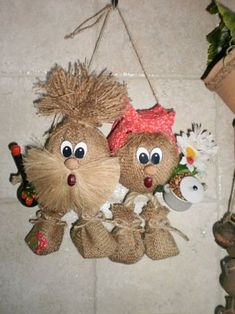 A nice Thanksgiving Pilgrim couple made from pallet wood . Burlap Crafts, Wreath Crafts, Flower Crafts, Fabric Crafts, Crochet Dog Clothes, Diy Crafts For Home Decor, Country Crafts, Sewing Toys, Doll Crafts