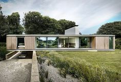 Overlooking the Durlston Country Park in Swanage, the Quest House is arranged to accommodate its sloped plot while maximizing views of its valley setting. Modern Glass House, Modern House Design, Flat Roof House, Hm Home, Concrete Structure, Types Of Houses, Story House, Model Homes, House Floor Plans
