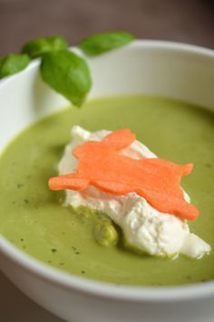 Recipe for the Easter menu: basil foam soup . Recipe for the Easter menu: basil foam soup (appetizer) 2 Dinner Dishes, Dinner Recipes, Soup Starter, Traditional Italian Dishes, Soup Appetizers, Best Italian Recipes, Soup Kitchen, Keto, Easter Recipes