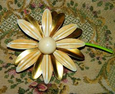 1960's Daisy  jewelry pin Floral Metal Spring Time Flower Power, Metal Flower Bouquet Pin, Flower Brooch, Tan Daisy