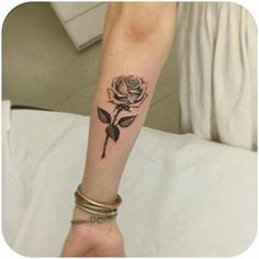 53 Ideas for tattoo frauen handgelenk rosen Single Rose Tattoos, Flower Wrist Tattoos, Black Rose Tattoos, Feather Tattoos, Foot Tattoos, Body Art Tattoos, Small Tattoos, Sleeve Tattoos, Tatoos