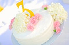 I want individual cakes as centerpieces!!! I can make them myself and have a friend that does cakes frost em!