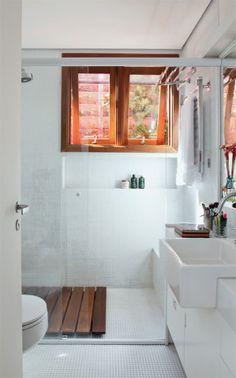 No banheiro da suíte, o piso e o boxe têm pastilhas de 1 x 1 cm (Cerâmica Atlas) e paredes pintadas. Clarinhos, os armários de compensado naval com laminado melamínico no interior e pintura externa de lacaharmonizam-se com louças da linha Vogue Plus, da Deca.