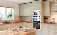 палево-зелёные фасады кухни и деревянные столешницы - pale green cabinets and wood counters