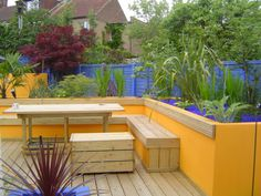 Using colour in the garden means you don't have to rely so much on the planting #colourfulgarden #yearroundcolour