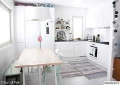 Sort of pink.: My kitchen is for dancing. Pinning this because I love the fact that this kitchen is for dancing! Ugly Kitchen, New Kitchen, Kitchen Dining, Kitchen Decor, Kitchen Ideas, Cocina Diy, Dining Room Inspiration, Dining Room Design, Kitchen Interior