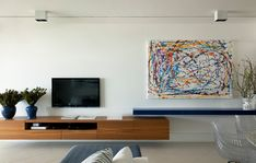 Em ambientes pequenos, reserve a parte de cima das paredes para objetos delicados. Evite poluir a parte de cima das paredes com muitos enfeites ou móveis com grandes superfícies lisas (por exemplo, estantes altas ou armários profundos). Essas peças parecem pesadas e tornam o apartamento mais apertado. Troque-os por peças delicadas, como quadros e fotos ampliadas. Ou deixe o espaço vazio.