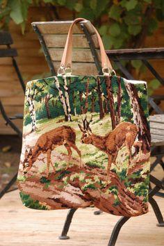 ...encore de la récup', mais c'est amusant et dans l'air du temps de donner une seconde vie aux choses ! Et puis on a toujours besoin d'un sac ! Il vous faut une vieille tapisserie grand format une paire de poignées en cuir naturel du tissu coordonné... Pochette Diy, Diy Cushion Covers, Hand Embroidery Videos, Fab Bag, Carpet Bag, Tapestry Bag, Contemporary Embroidery, Fabric Bags, Green Bag