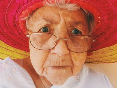 Alzheimer's disease is more than memory loss: it can come with a variety of warning signs and symptoms. If you notice any of these 10 warning signs of Alzheimer's in yourself or someone you know, don't ignore them. Reiki, Alex Harvey, Mudras, Les Rides, Mystery Novels, Mystery Series, Elderly Care, Expressions, Cozy Mysteries