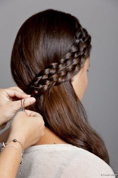 Realiza un semi recogido con trenzas Fancy Hairstyles, Creative Hairstyles, Little Girl Hairstyles, Wedding Hairstyles, Curly Braids, Hair Due, Long Curly, Hair Hacks, Short Hair Styles